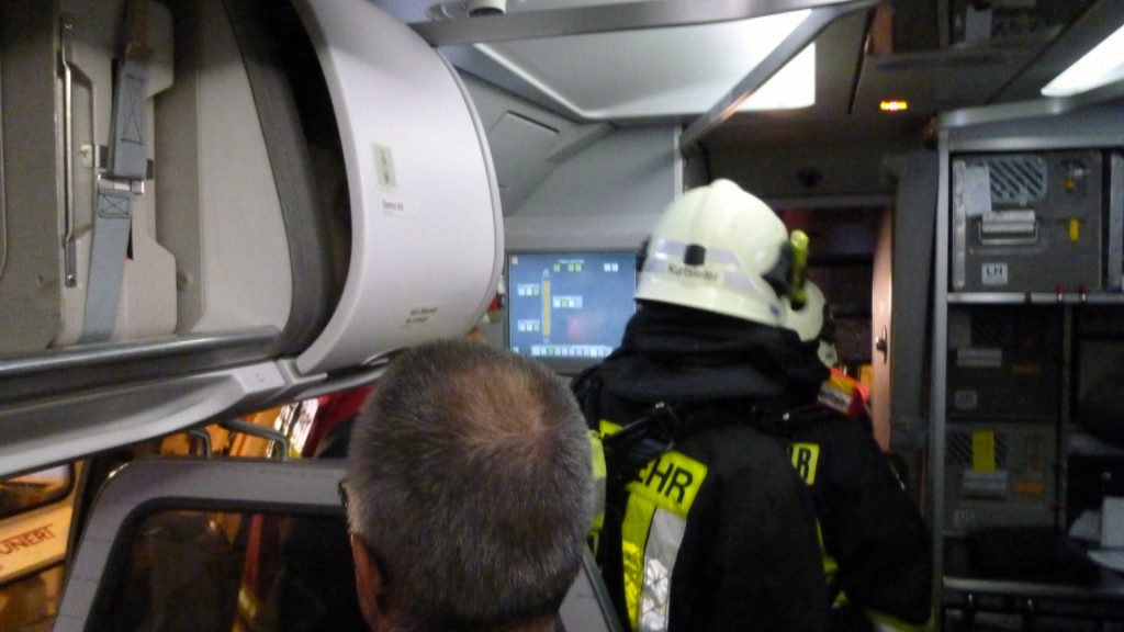 Rescue personel entering the cockpit of a Germanwings Airbus A320 after a fume event on a flight from Vienna to Cologne on 19.12.2010